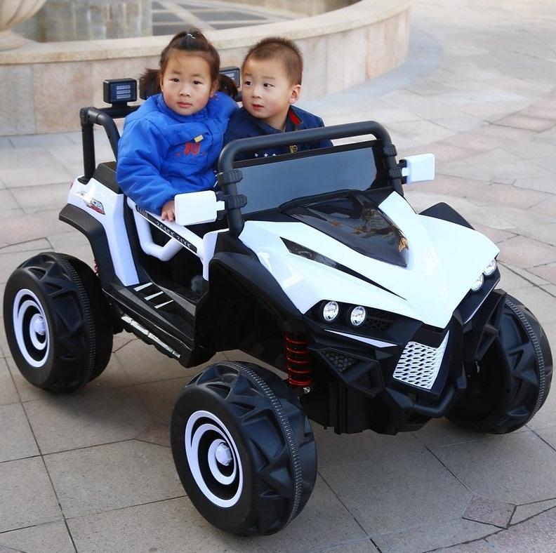 Ô tô điện trẻ em 2 chỗ ngồi Jeep 588 màu Trắng.