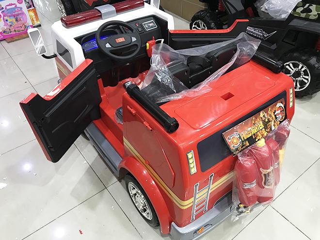 Xe cứu hỏa điện trẻ em LL-911 2 cốp bên hông xe đóng mở được