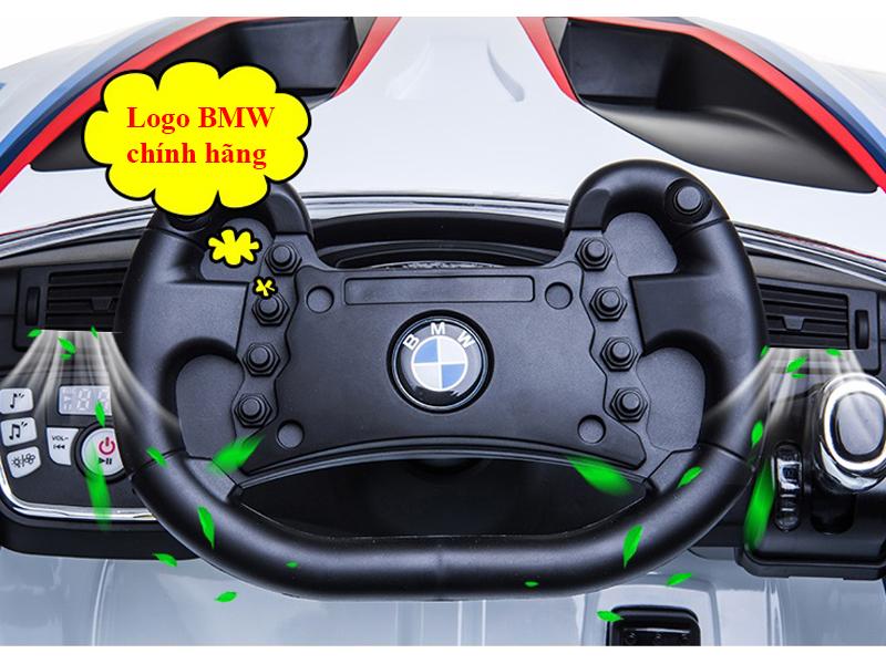 Logo bản quyền của hãng BMW trên vô lăng