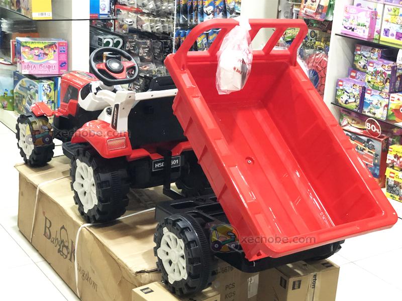 Thùng của chiếc xe máy kéo này có thể ben lên, xuống như xe thật