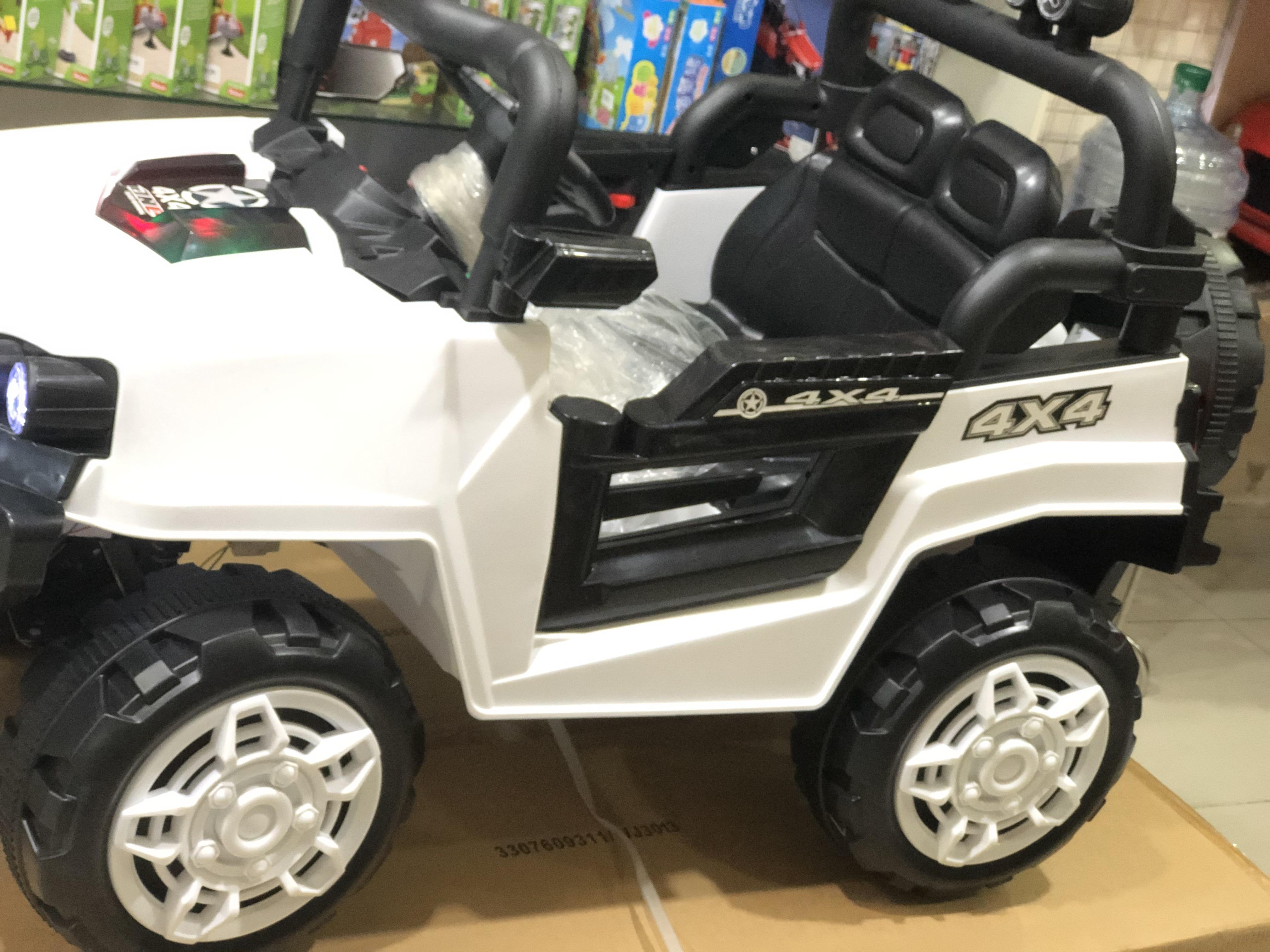 Xe ô tô điện trẻ em này có thiết kế cao ráo, 2 cửa mở ngang giúp bé dễ dàng lên hoặc xuống xe.